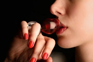 wijn-drinken-uit-glas-om-vinger